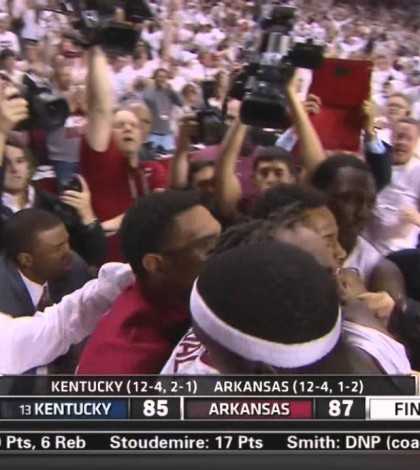 WATCH: Arkansas Defeats Kentucky On Michael Qualls' Buzzer-Beating Dunk