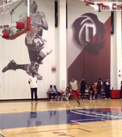 UIC players throw down jams at preseason dunk contest